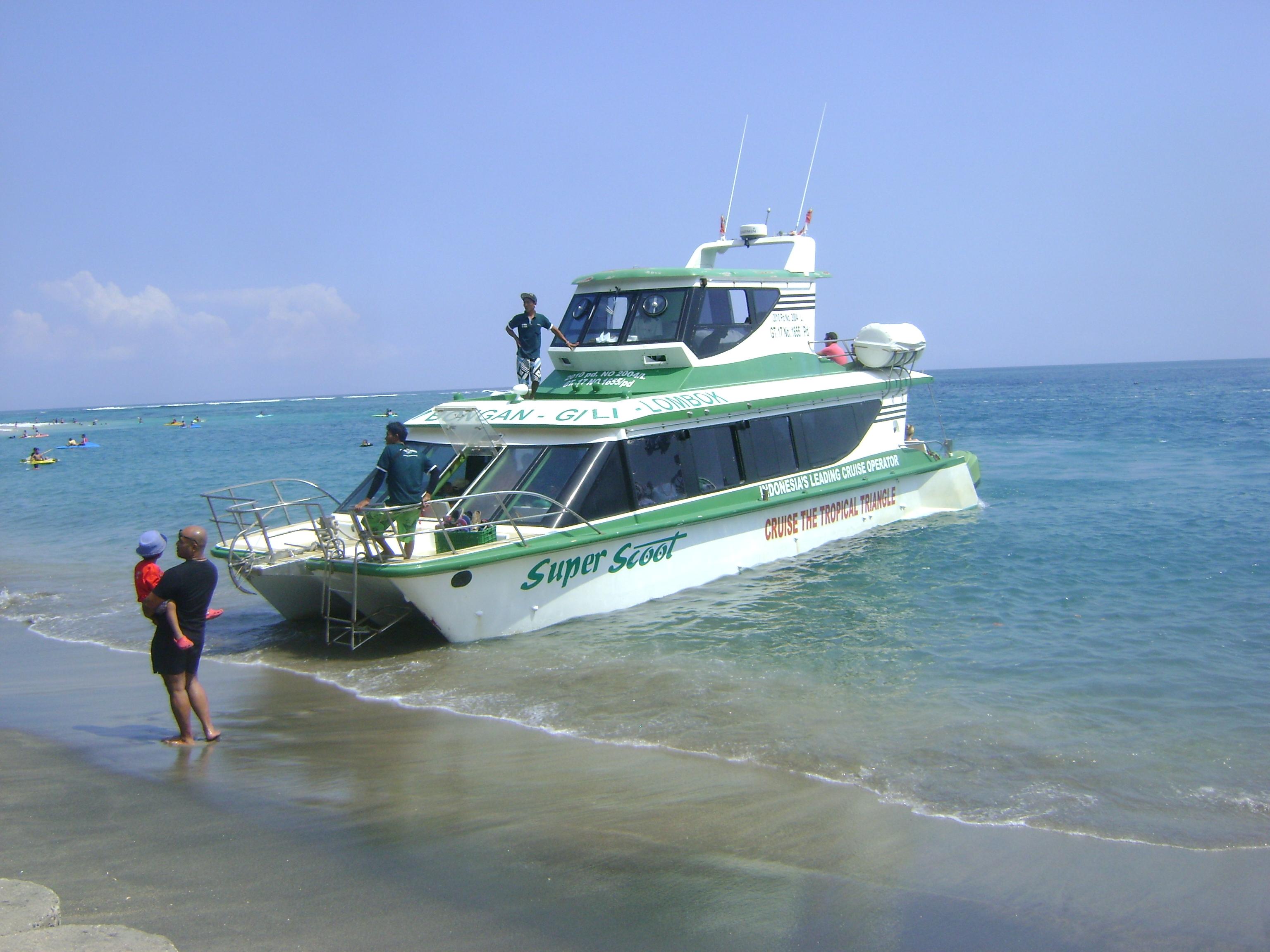 Kapal cepat ini yang akan membawa kita ke Gili Trawangan, Gili Meno, dan beberapa pulau kecil (Gili) di tengah lautan.