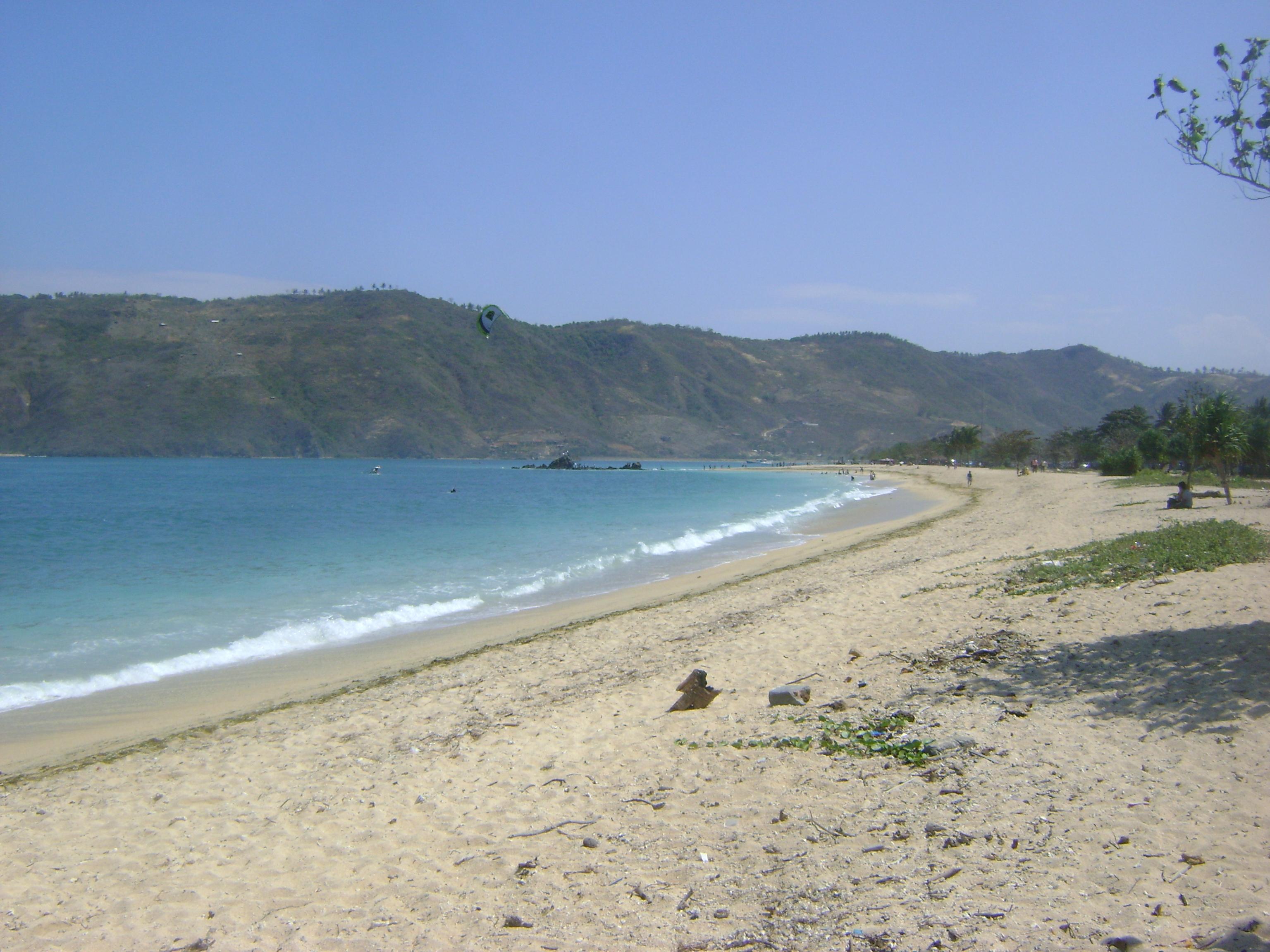 Ciri khas Kuta Beach ini adalah pasirnya putih dan dikelilingi oleh bukit di sepanjang pantai..