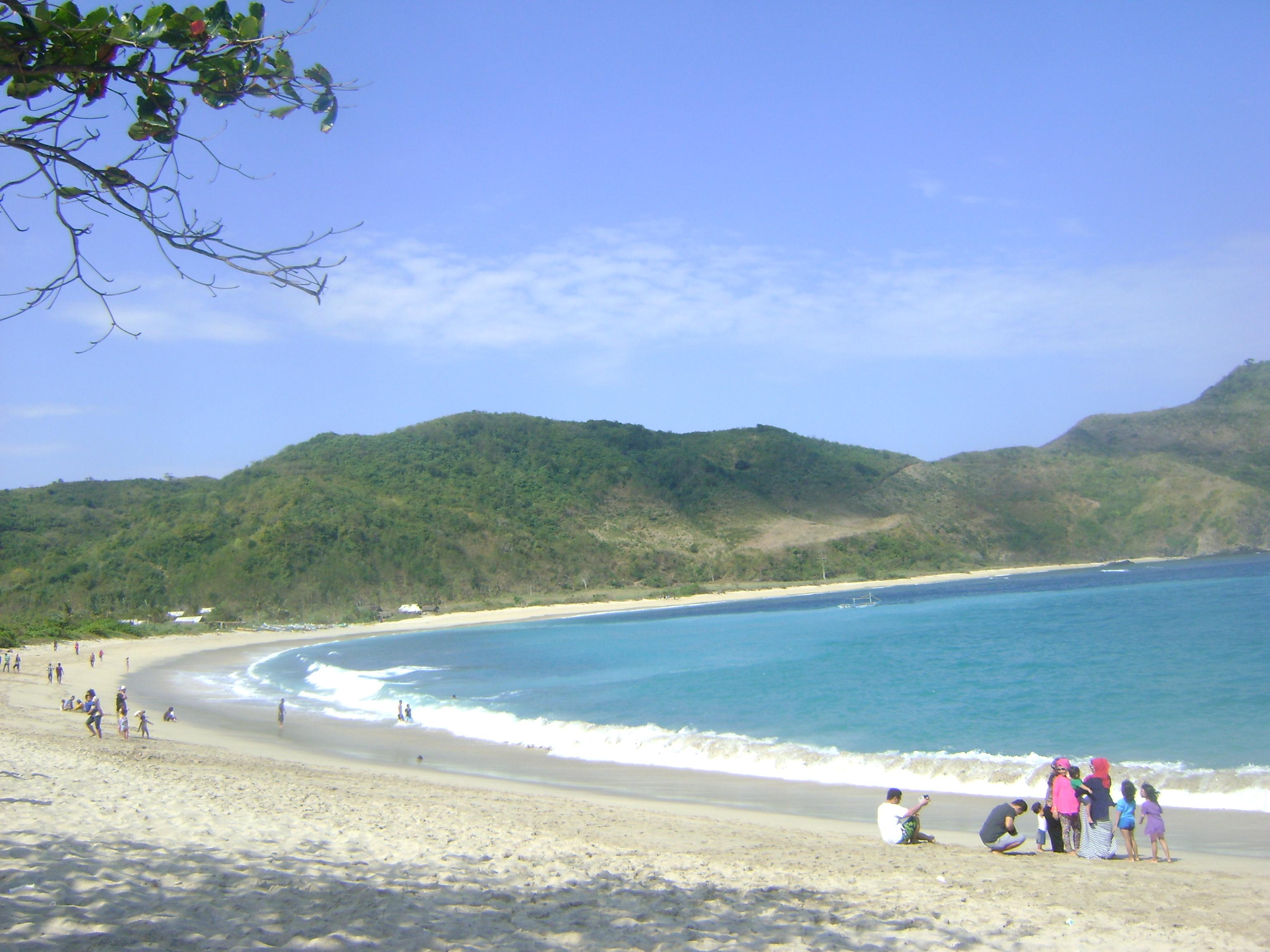 Wow!! Ini namanya Pantai Mawun di Lombok Tengah.. Masya Allah itu lautnya warna hijau kebiruannn.. bener2 bikin kami semua takjub..